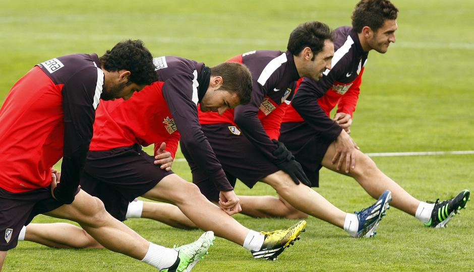 Temporada 12/13. Entrenamiento, Raúl, Gabi, Koke y Juanfran estirando durante el entrenamiento en la Ciudad Deportiva de Majadahonda