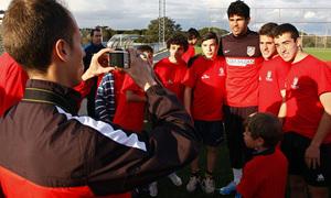 Diego Costa con los niños del Campus de la Fundación el miércoles 27 de marzo