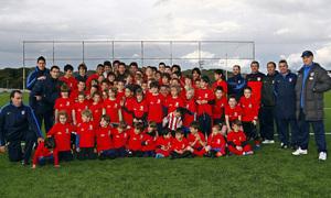 Simeone y Manolo, con los entrenadores y los niños del Campus de la Fundación Atlético de Madrid