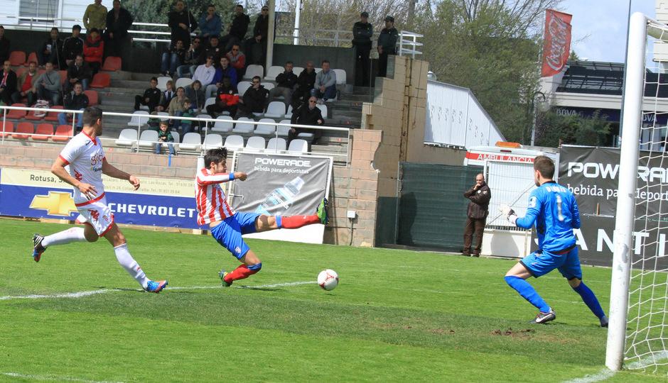 Gerard no llega a rematar un balón en el interior del área del Sporting B