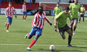 Pato, del Atlético C, se dispone a chutar ante la portería del Adarve