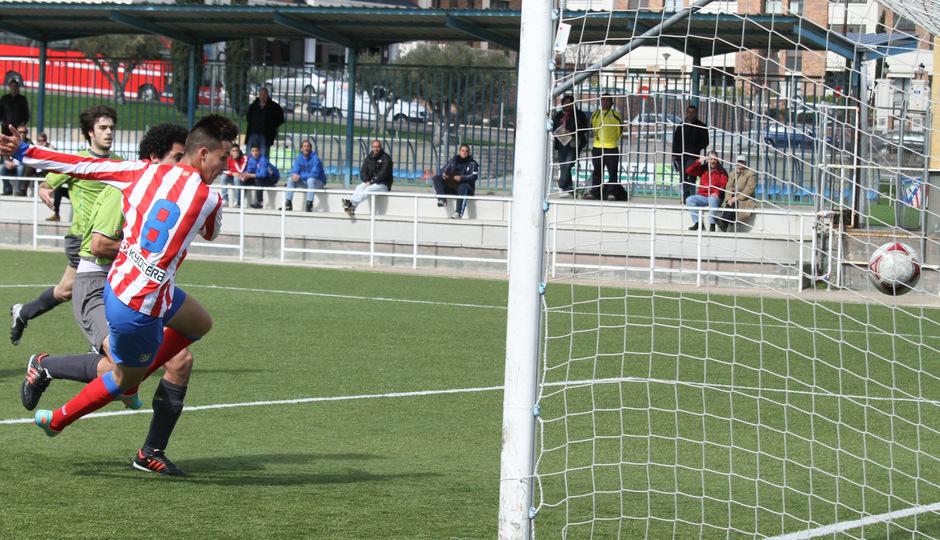 Ian, del Atlético C, marca el gol de su equipo ante el Adarve