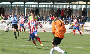 Iván Calero, del Atlético C, lucha por un balón ante el Adarve