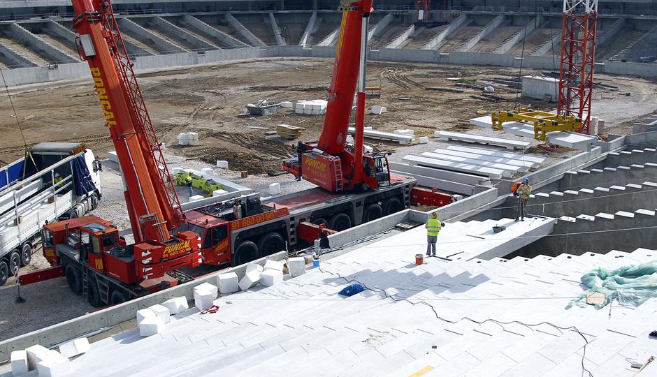 Nuevo estadio. Instalación de gradas en la grada baja del lateral oeste