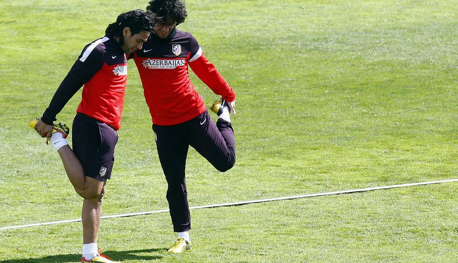 Temporada 12/13. Entrenamiento,Falcao y Arda estirando durante el entrenamiento en la Ciudad Deportiva de Majadahonda