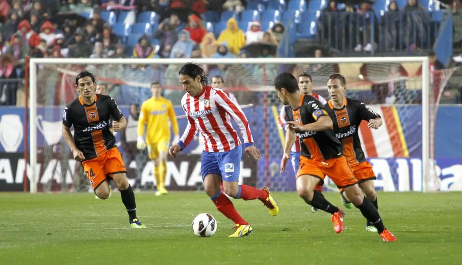 Falcao intenta irse de los defensores del Valencia que le rodean