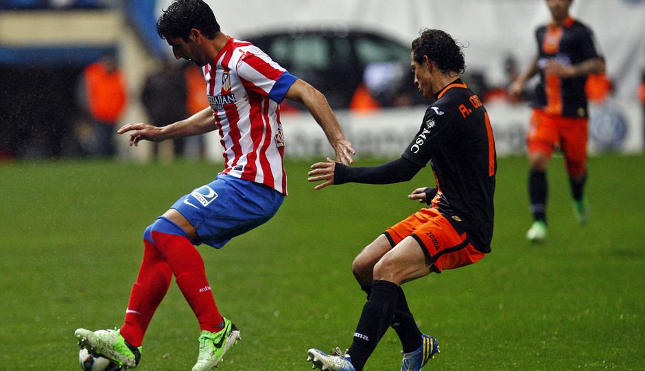 Temporada 12/13. Partido Atlético de Madrid Valencia.Raúl García controla el balón ante un adversario