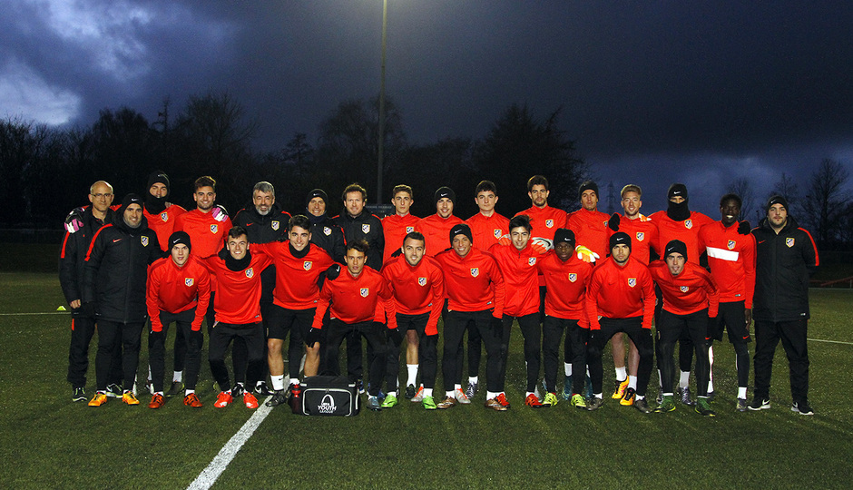 Foto de familia del Atlético de Madrid en el entrenamiento previo al 'play off' de octavos de final de la Youth League
