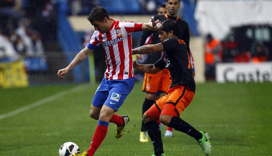 Temporada 12/13. Partido Atlético de Madrid Valencia.Gabi centrando un balón durante el partido