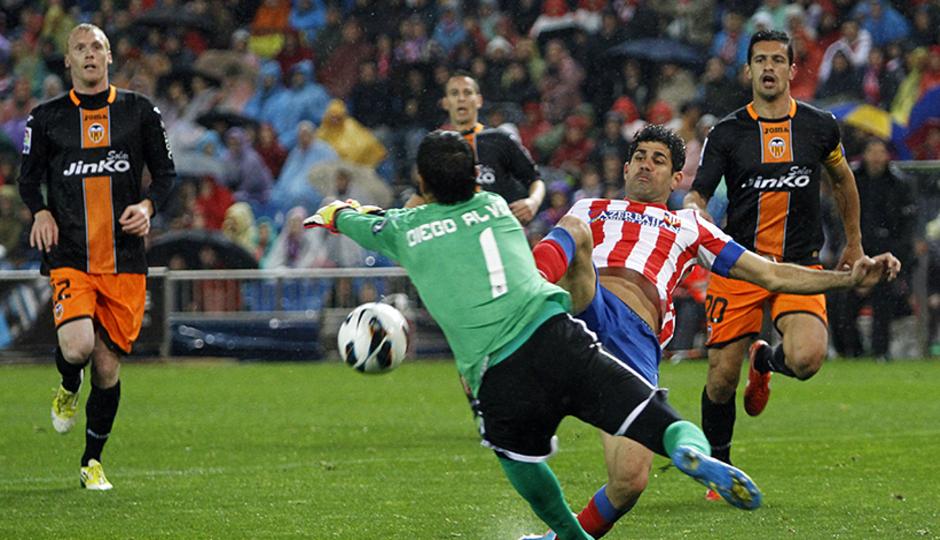 Temporada 12/13. Partido Atlético de Madrid Valencia. Costa rematando a puerta
