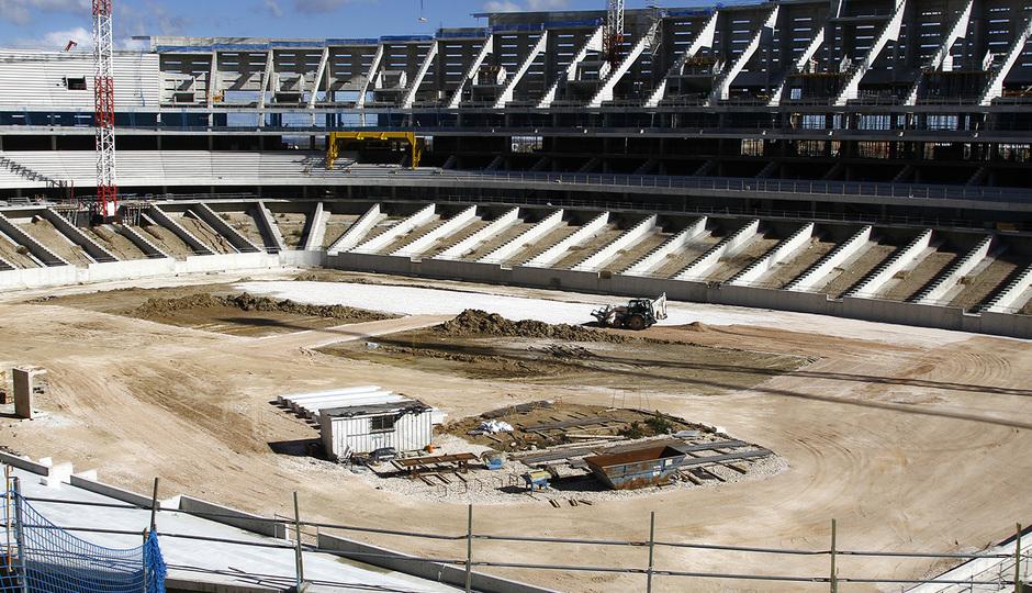Nuevo estadio. Vista del terreno de juego desde la grada media del córner suroeste