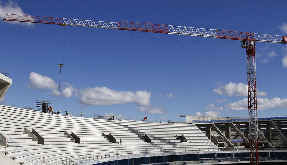 Nuevo estadio. Colocación de gradas en la grada alta del fondo norte