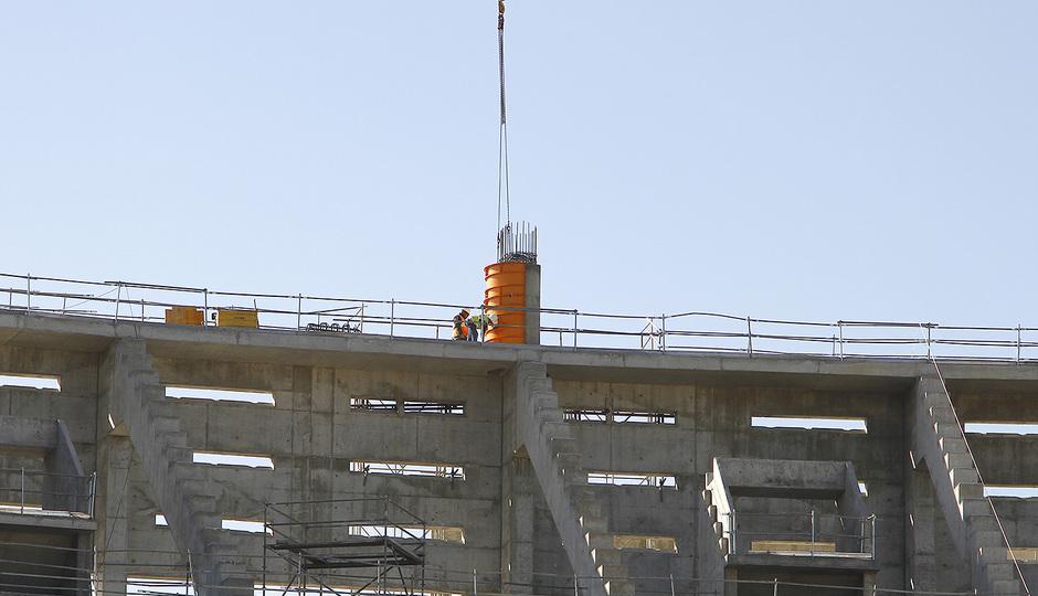 Nuevo estadio. Construcción pilonos de apoyo de la cubierta en fondo sur.