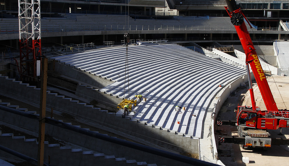 Nuevo estadio. Avance en la colocación de la grada baja del fondo sur