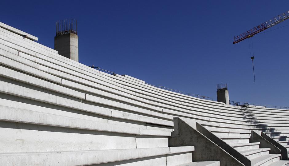 Nuevo Estadio. Pilonos de apoyo de la cubierta en fondo norte
