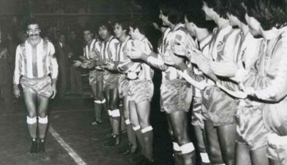 Los compañeros de Capón le hacen pasillo en el día de su homenaje al despedirse como jugador rojiblanco