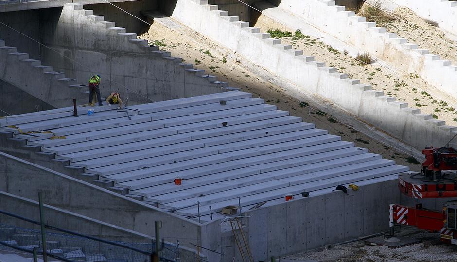 Nuevo estadio. Colocación del graderío en la grada baja del fondo norte