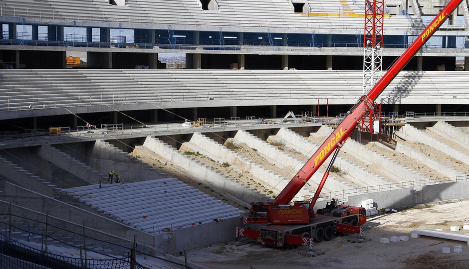 Nuevo estadio. Vista del fondo norte con la instalación de gradas en la zona baja