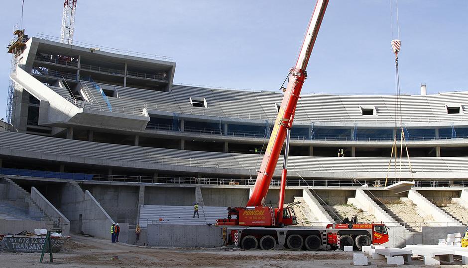 Nuevo estadio. Inicio de la colocación del graderío en la grada baja del fondo norte.