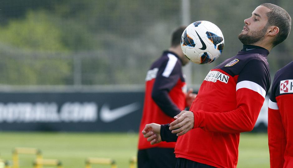 Temporada 12/13. Entrenamiento. Mario controlando un balón durante el entrenamiento en la ciudad deportiva de Majadahonda