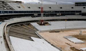 Nuevo estadio. Graderío bajo ya casi completo en el lateral este y vista del fondo sur