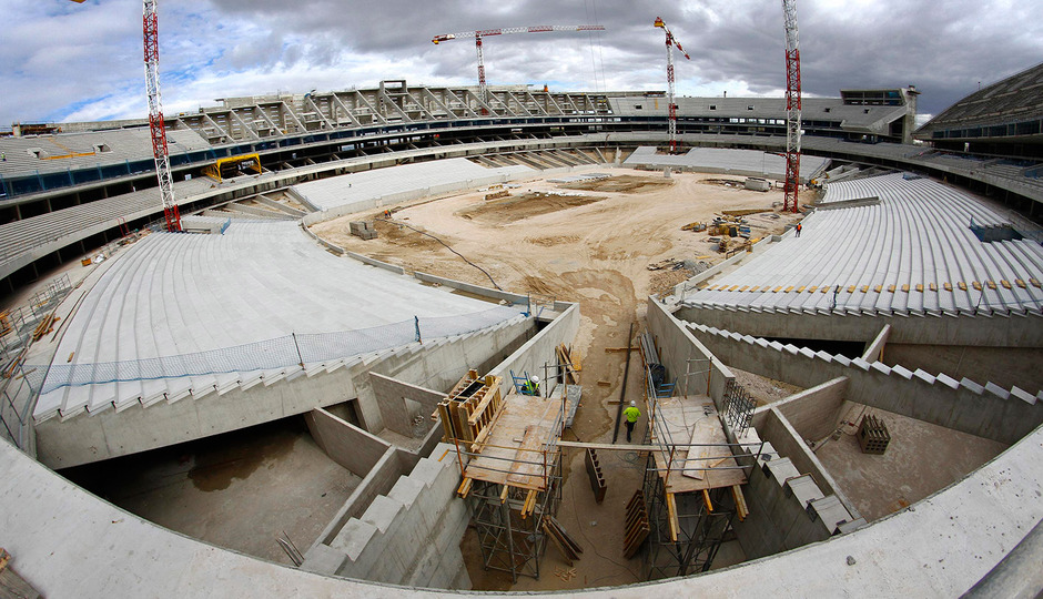 Nuevo estadio. En primer plano trabajos de construcción de bocana norte y panorámica general del estadio