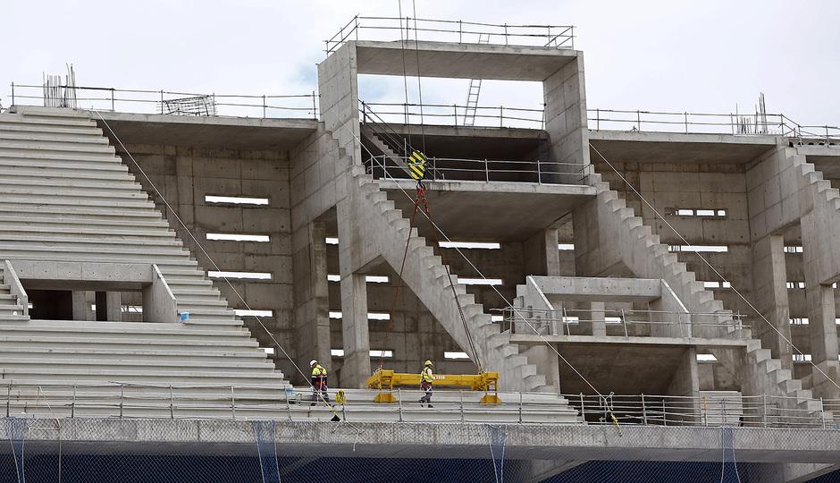 Nuevo estadio. Colocación de gradas en la grada alta este