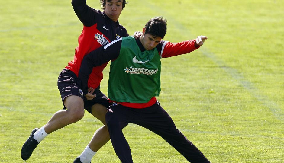 Temporada 12/13. Entrenamiento Óliver luchando un balón con un canterano durante el entrenamiento en el Cerro del Espino