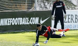 Temporada 12/13. Entrenamiento Courtois parando un balón durante el entrenamiento en el Cerro del Espino