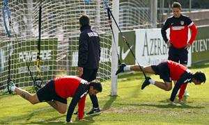 Temporada 12/13. Entrenamiento Óliver y Cebolla haciendo ejercicios físicos con gomas en la portería durante el entrenamiento en el Cerro del Espino
