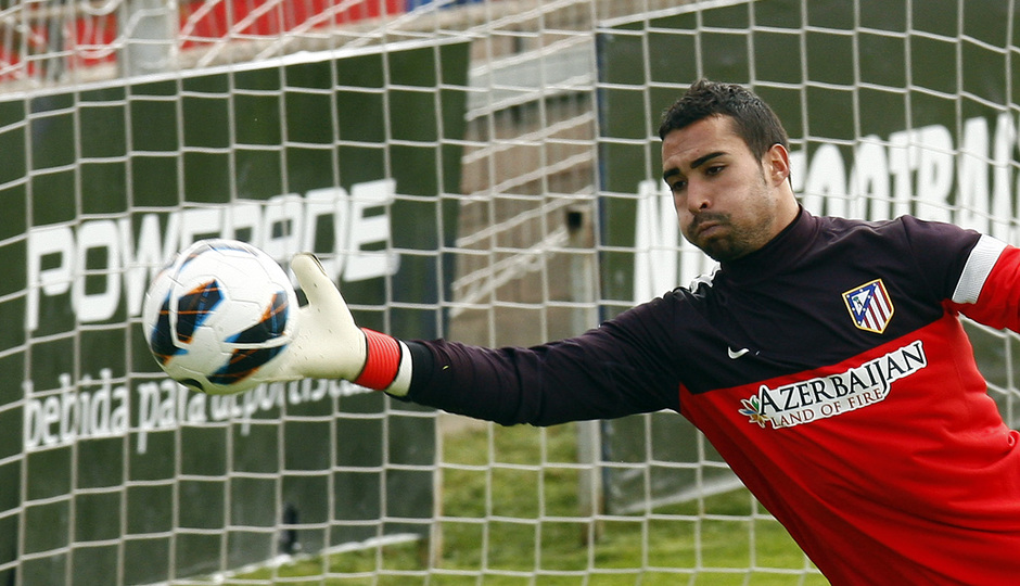 Entrenamiento primer equipo 10/04/2013. Sergio Asenjo realiza ejercicios específicos de portería.