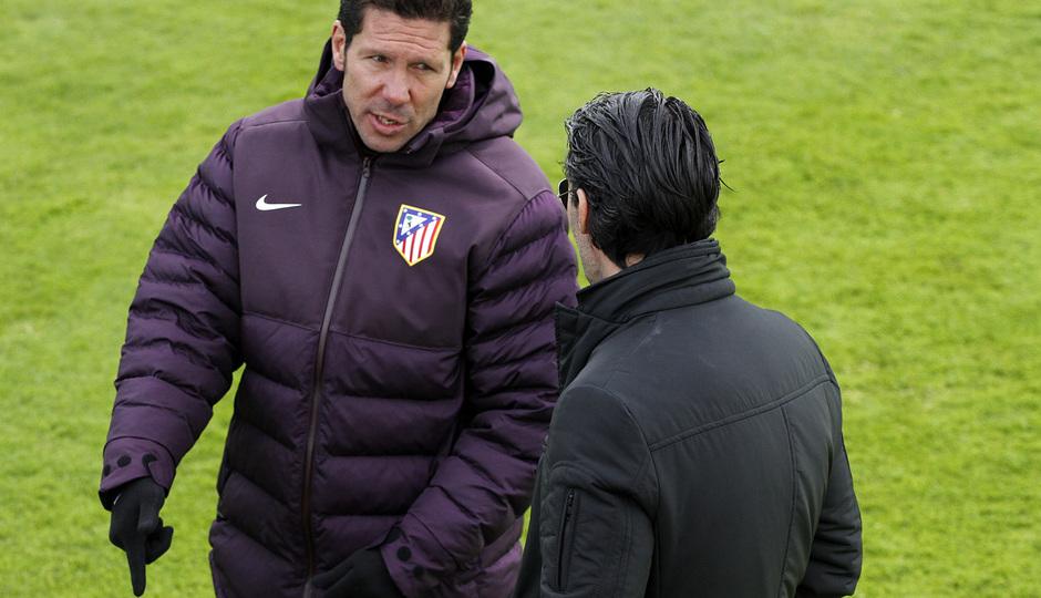 Entrenamiento primer equipo 10/04/2013. Simeone y Caminero conversan durante el entrenamiento.