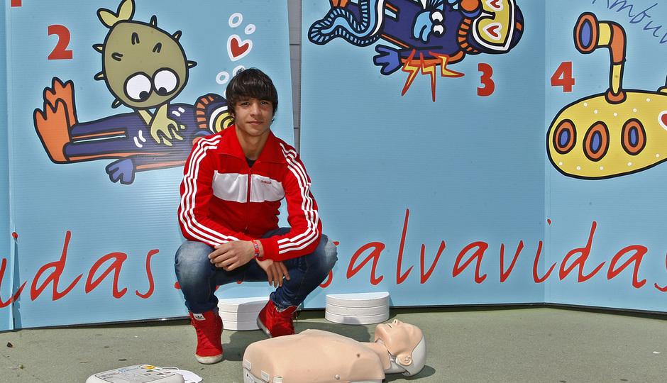 Óliver Torres colabora con el Proyecto Salvavidas