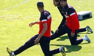 Temporada 12/13. Entrenamiento,Cisma Mianda y Diego Costa estirando durante el entrenamiento en la Ciudad Deportiva de Majadahonda