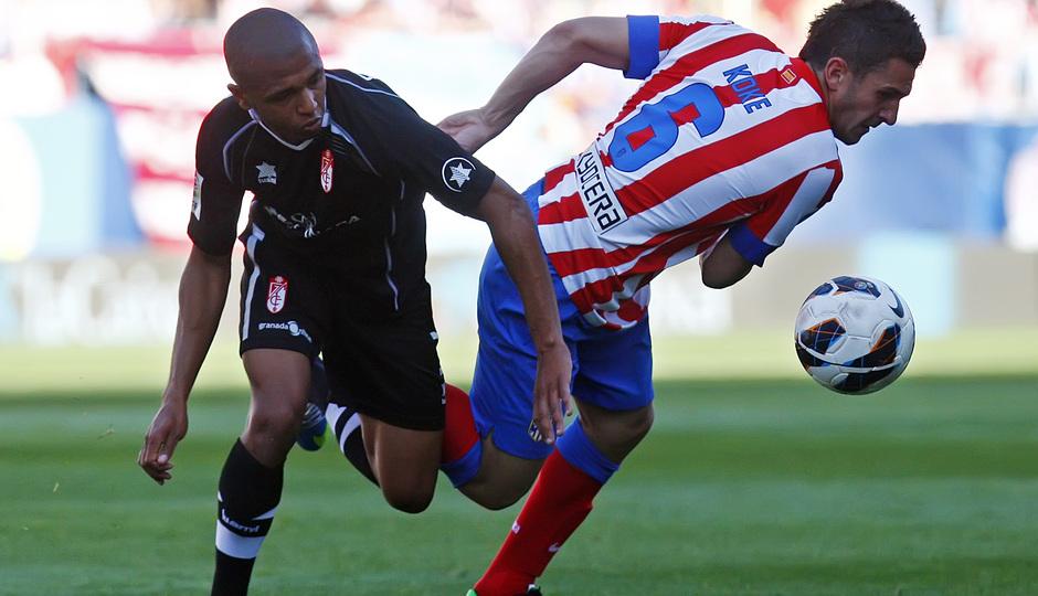 Temporada 12/13. Partido Atlético de Madrid Granada.Koke luchando un balón