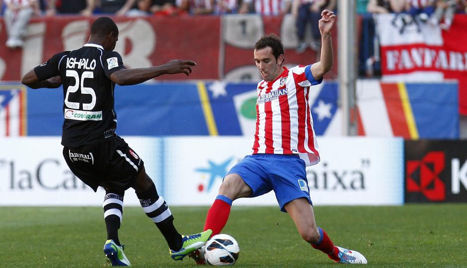 Temporada 12/13. Partido Atlético de Madrid Granada.Godín peleando un balón