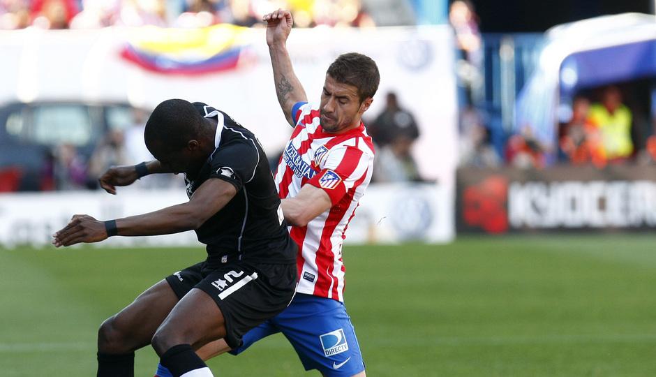Temporada 12/13. Partido Atlético de Madrid Granada.Gabi luchando un balón