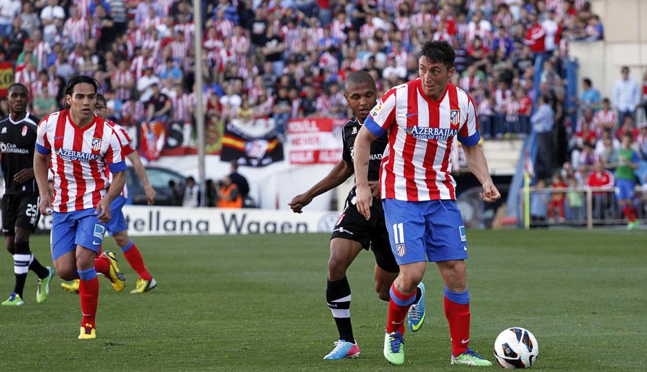 Temporada 12/13. Partido Atlético de Madrid Granada.Cristian Rodríguez con el balón