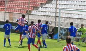 Ndoye cabecea dentro del área ante una nube de jugadores de Atlético B  y Fuenlabrada