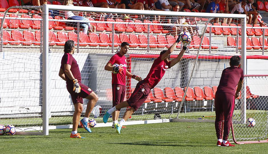 Temporada 16/17. Entrenamiento en la Ciudad deportiva Wanda. Jan Oblak se estira para atrapar un balón.