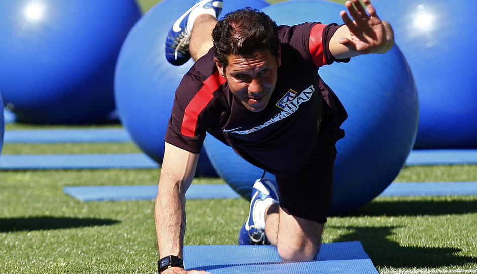 Temporada 12/13. Entrenamiento Simeone estirando durante el entrenamiento en el estadio Vicente Calderón