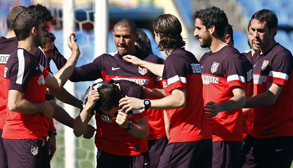 Temporada 12/13. Entrenamiento Pasillo a Juanfran durante el entrenamiento en el estadio Vicente Calderón