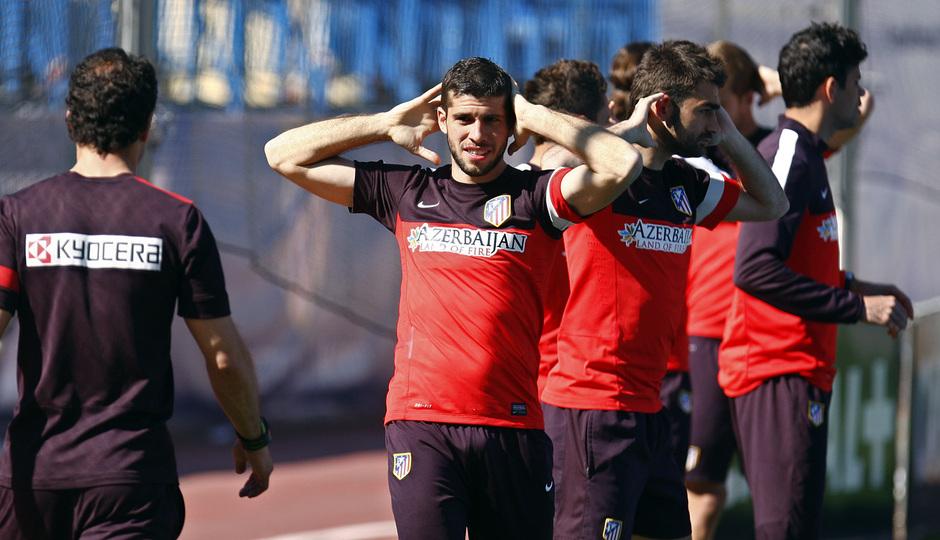 Temporada 12/13. Entrenamiento Insúa estirando frente a Simeone durante el entrenamiento en el estadio Vicente Calderón