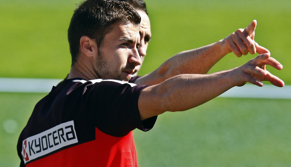 Temporada 12/13. Entrenamiento Gabi y Juanfran señalando la grada durante el entrenamiento en el estadio Vicente Calderón