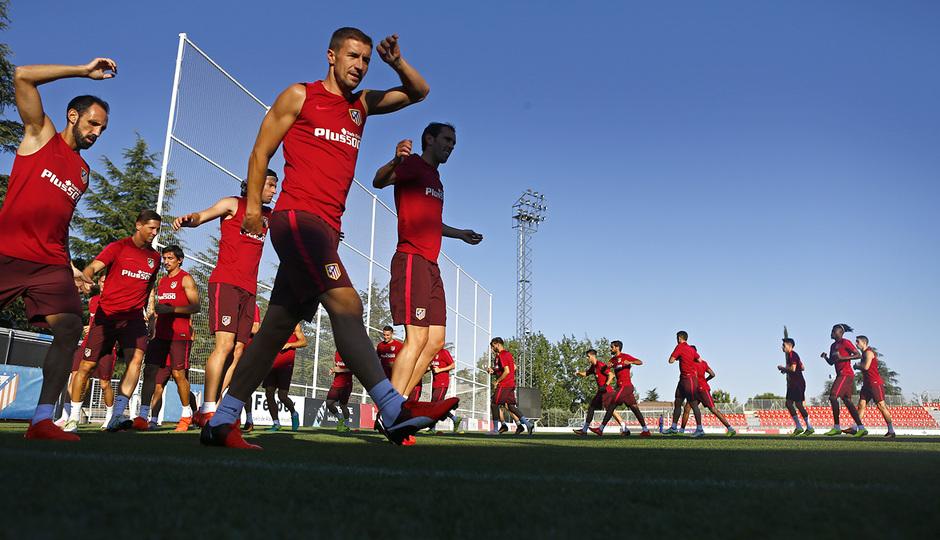 Temporada 16/17. Entrenamiento en la ciudad deportiva Wanda Atletico de Madrid 08_08_2016. Calentamiento.