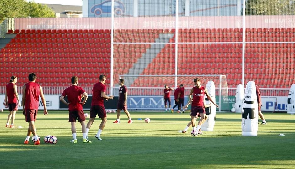 Temporada 16/17. Entrenamiento en la ciudad deportiva Wanda Atletico de Madrid 08_08_2016. Jugadores realizan ejercicio de balón.