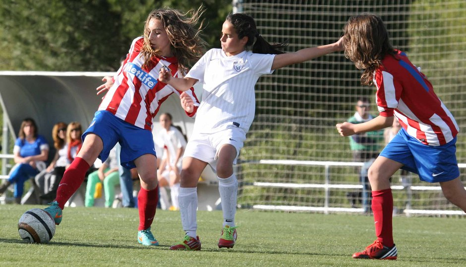 """Temporada 2012-2013. Berta del Sub-13 """"C"""" pelea un balón dividido"""