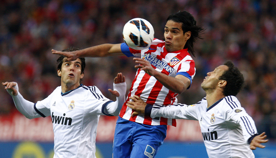 Temporada 12/13. Partido Atlético de Madrid Real Madrid. Falcao luchando un balon
