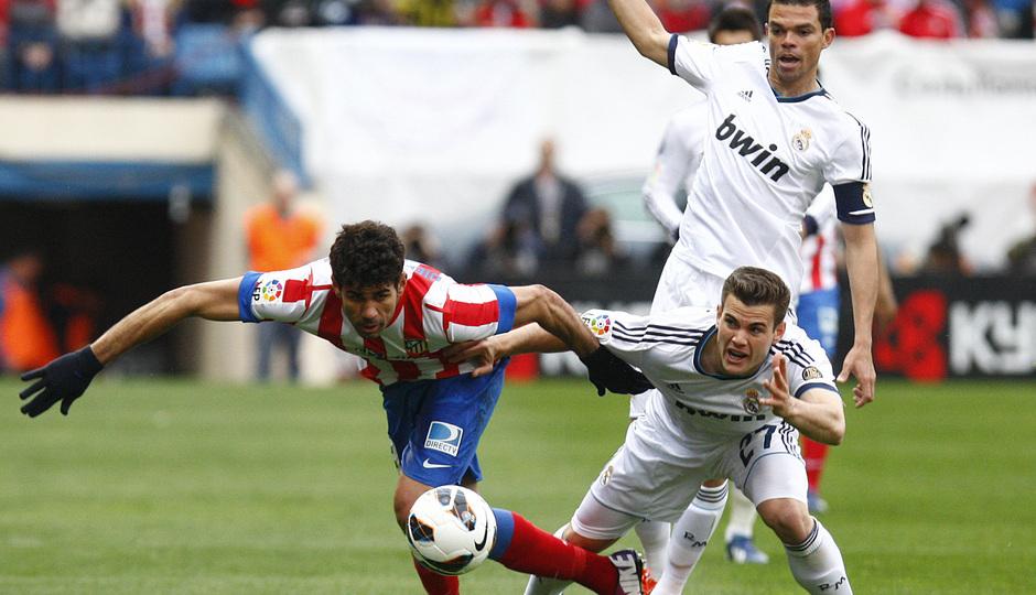 Temporada 12/13. Partido Atlético de Madrid Real Madrid. Diego Costa luchando un balón