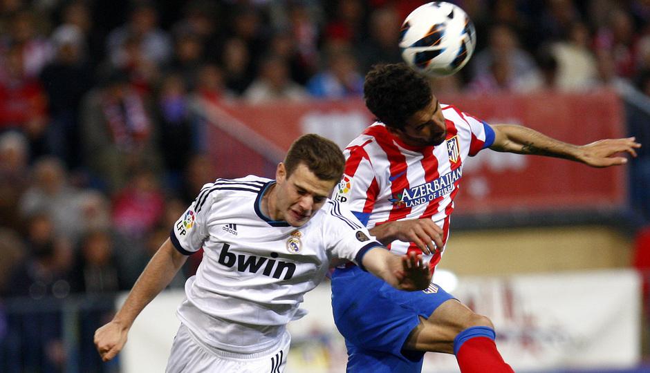 Temporada 12/13. Partido Atlético de Madrid Real Madrid. Raul García luchando un balón de cabeza